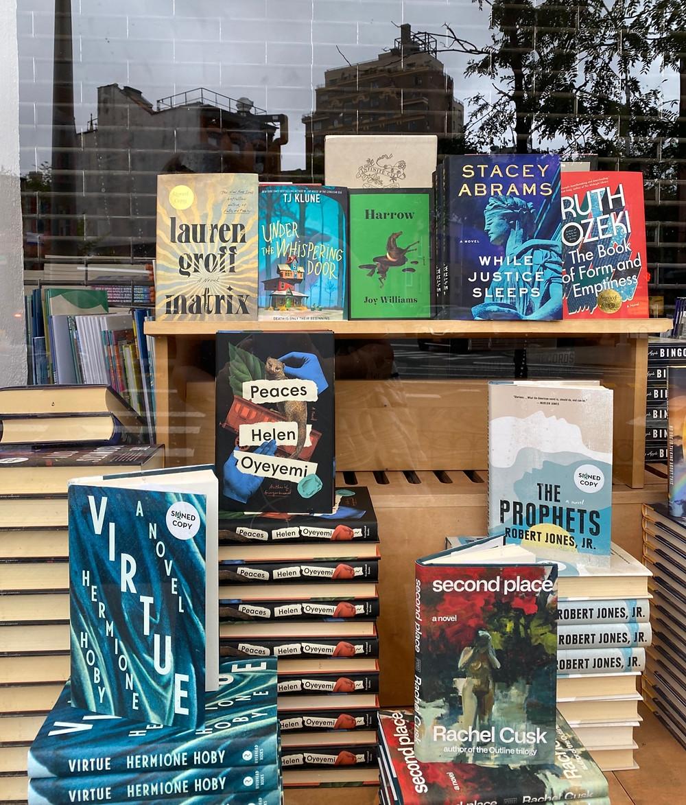 Libros, escaparate, novelas, inglés, reflejos en el cristal