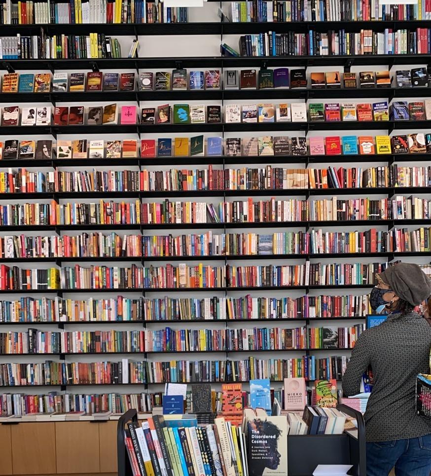 Libros en la estantería de una librería de Brooklyn