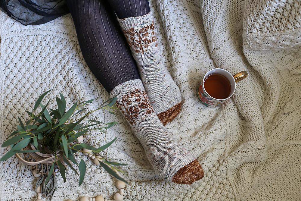 Chaussettes Hemaris pour femme et enfant - Tricot par Folie 0rdinaire Design