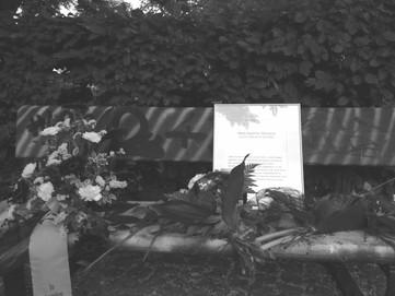 Parkbank vor dem Hauptbahnhof in Dessau, Tatort des Mordes an Hans-Joachim Sbrzesny