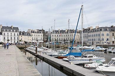 1200px-Port_de_Vannes_quai_Eric_Tabarly.