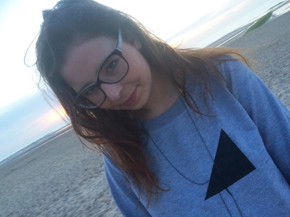 sweater_grey_beach_girl.jpg