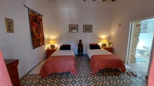 Room 1: CUSCO: twin-bed setup