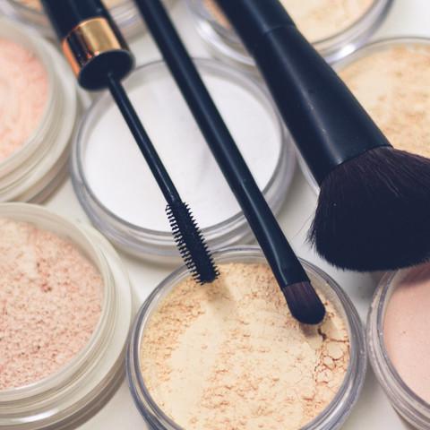 Maquillage avec brosses