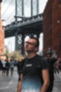 Autoportrait photograghe devant le pont de manhattan a New York