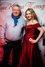 Актер театра и кино Александр Тютрюмов и организатор конкурса красоты в нашем платье марсала со шлейфом