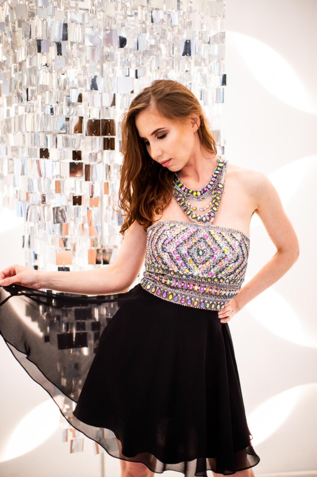 a9b57f9aed884b4 Восхитительное короткое платье с инкрустированным лифом