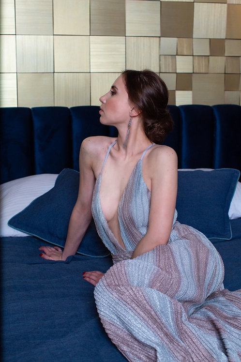 Длинное платье цвета металлик в бронзово-серебристую полоску