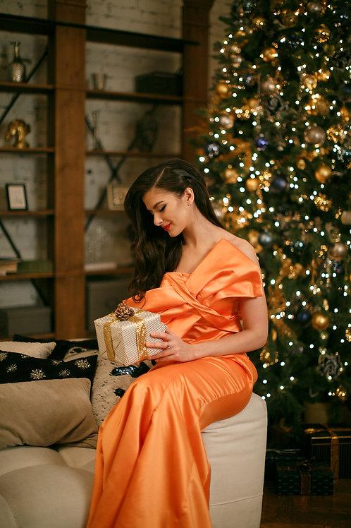 Золотисто-оранжевое платье со шлейфом