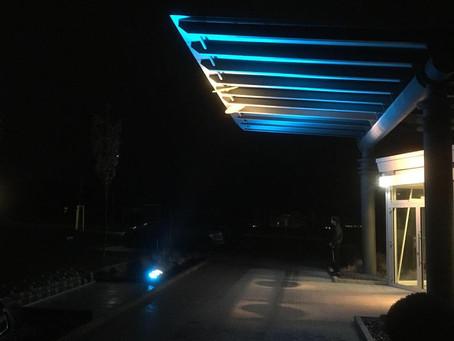 Blaues Licht und umgelenktes Außenlicht
