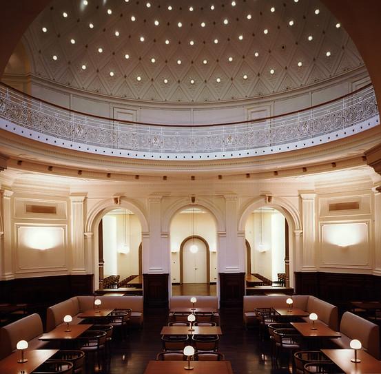 Denkmal im Licht und Wagenfeldleuchten im Tisch eingelassen - zusammen mit Architektur 6H aus Stuttgart