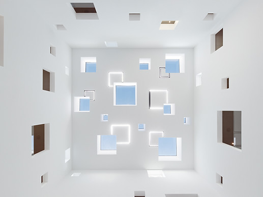 Eppingen - Foyer mit Tageslicht - Lichtdesign für Architekt Markus Mucha. Oberlichter und Kunstlichter wurden hier wunderbar vereint  Foto: Zoey Braun auf dem Boden liegend