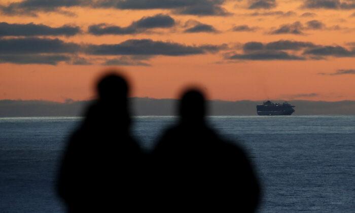 Espera del crucero sentados en el puerto