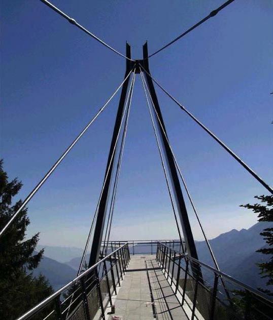 Pont_piéton_panoramique_-_Alpes_Suisses_-_Acier_avec_revêtement_en_Titane