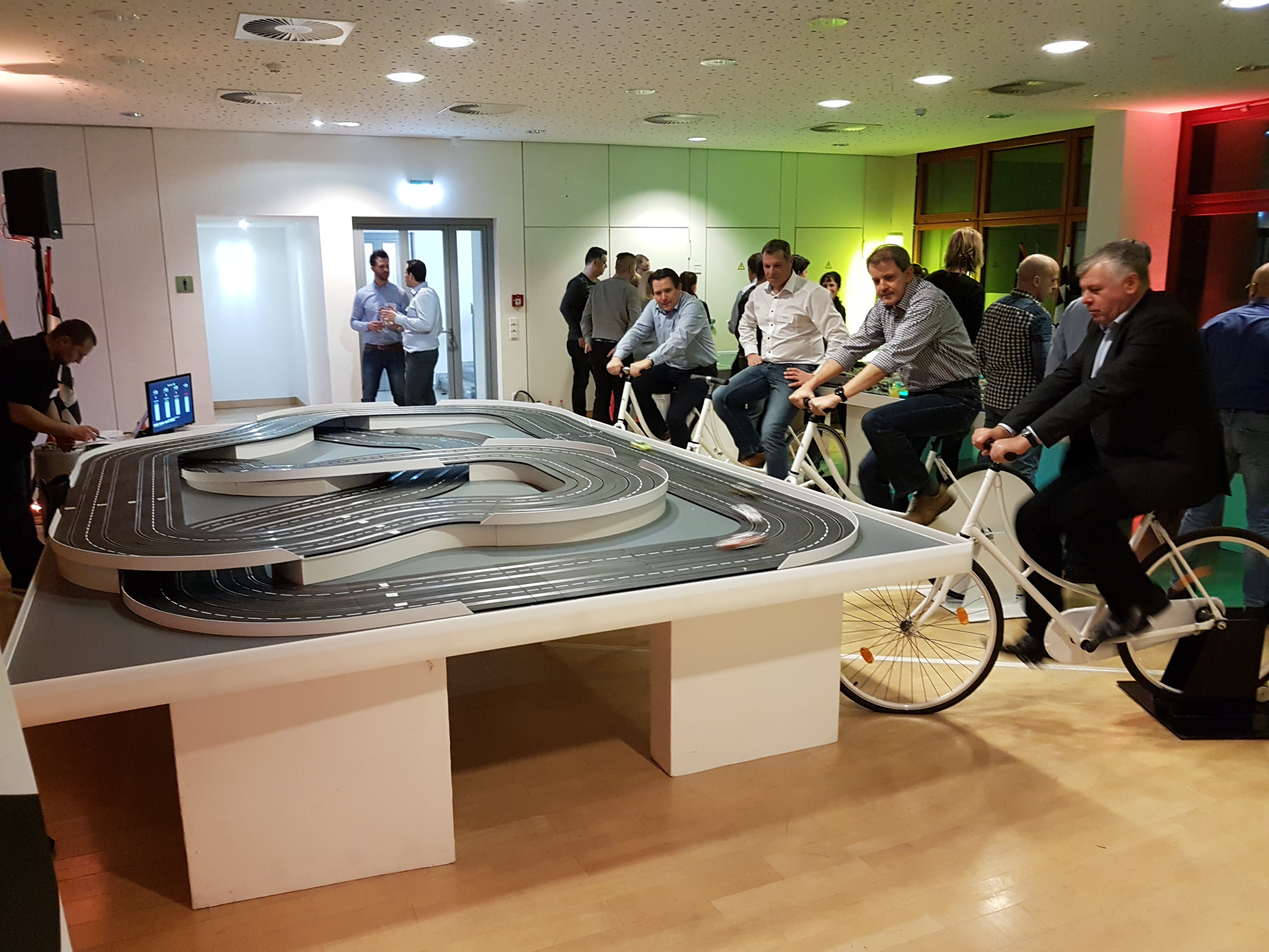 Carrerabahn mit Fahrradantrieb für 4 Fahrer