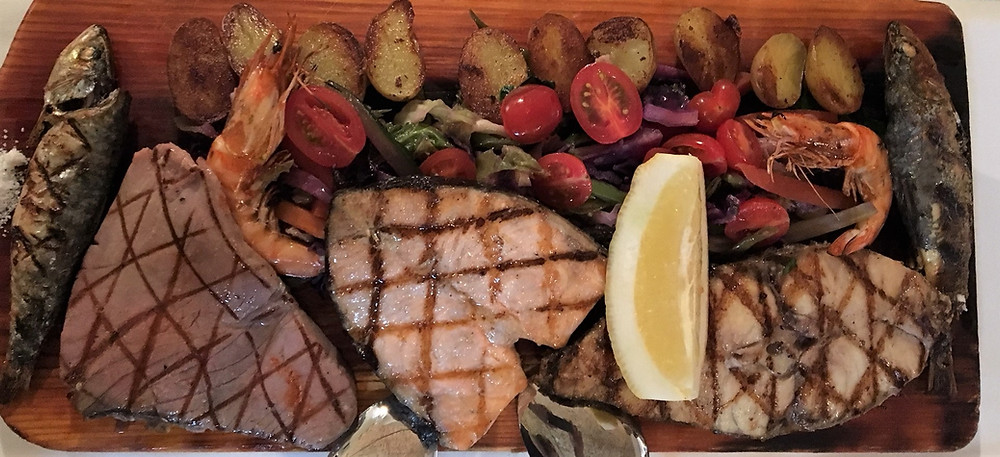 Assiette de poissons grillés à Mar Ao Carmo