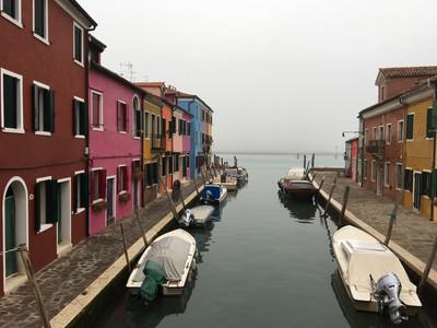 Le canal de Burano et ses maisons colorées