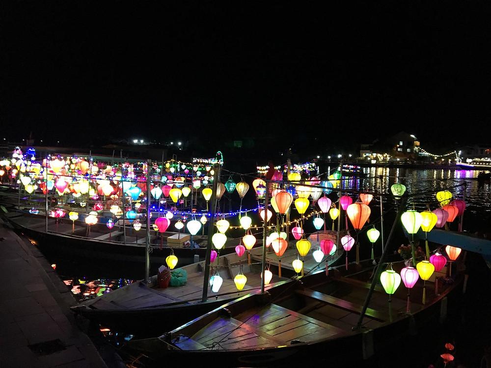 Les lanternes illuminant la rivière de Hôi An