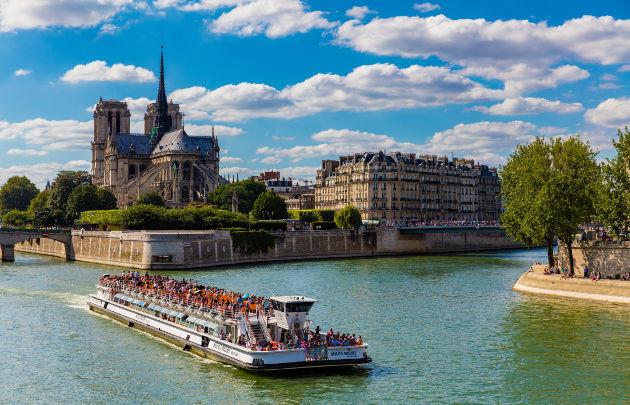 Bateau-mouche parisien
