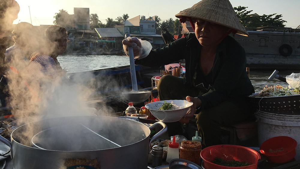 Petit-déjeuner asiatique au marché flottant de Can Tho