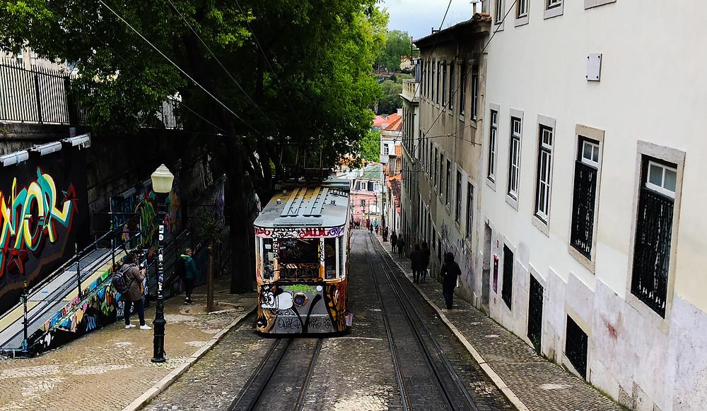 Un tramway dans les rues de LIsbonne