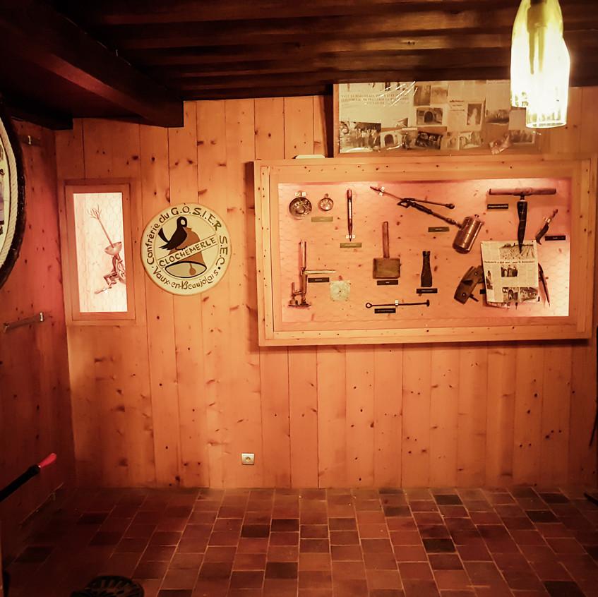 Petit musée dans la cave de Clochemerle
