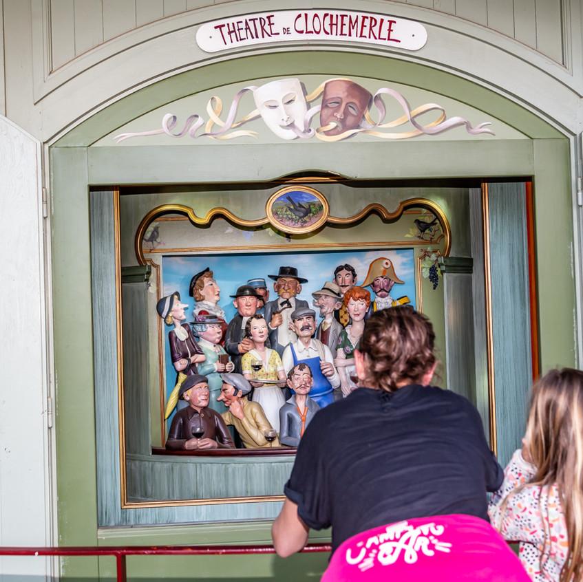Un petit théâtre mécanique présente sur la place l'histoire de Clochemerle.