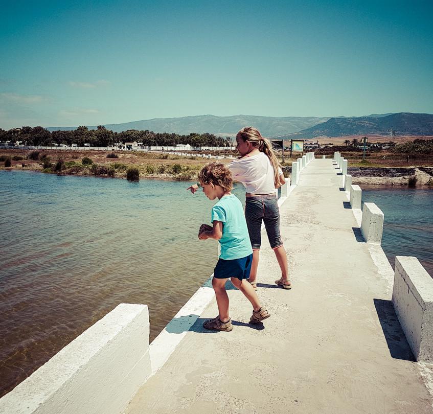 Camille et Timothé jouent sur le pont qui mène au camping Rio Jara
