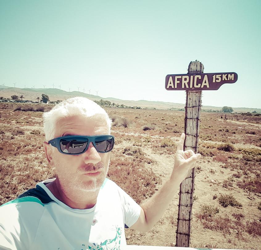 Le panneau indique que l'Afrique est à 15 km mais le camping-car n'ira pas à la nage !