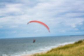 Parrapente sur la plage e vide Sande