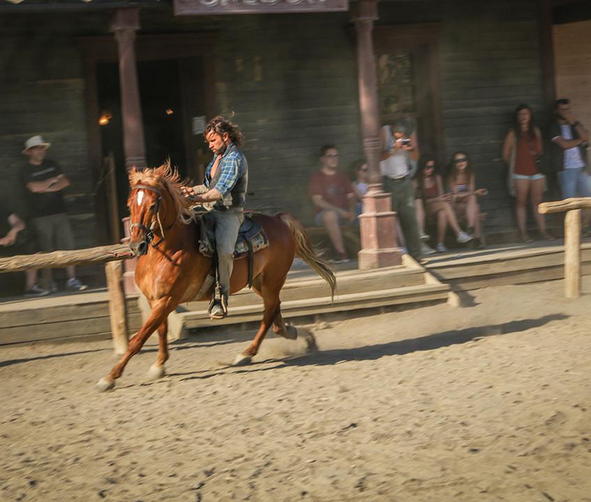 Dans les rues de Fort Bravos les cow-boys se promènent à cheval