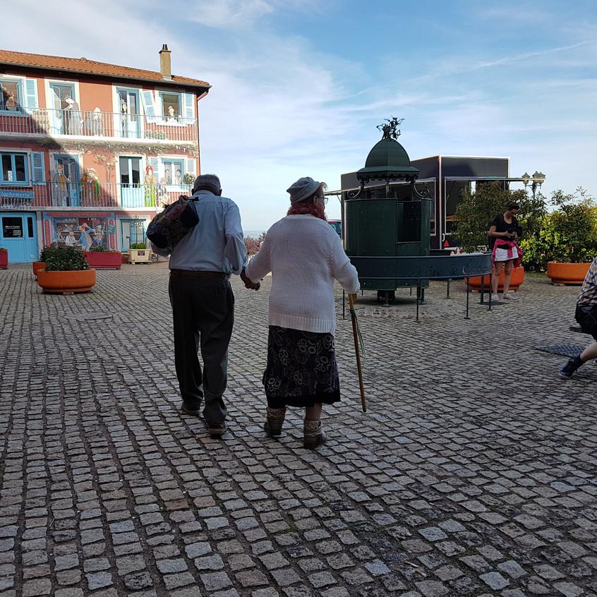 Deux personnages tous droits sortis de la BD de Clochemerle traversent la place du village
