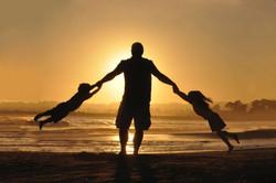 dad with kids jude-beck-YErQe8LQkyA-unsp
