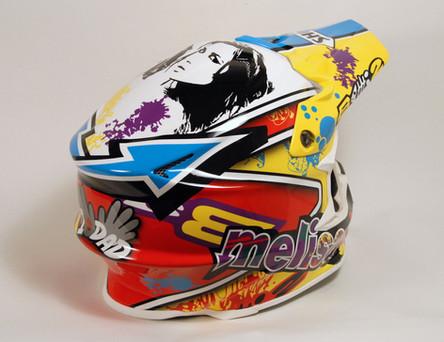 Máte rád svou rodinu, ale taky motokros. Řešení je jednoduché, nakreslíme vám s nimi helmu zn. Shoei