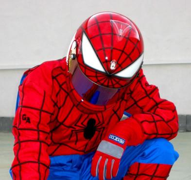 Spiderman design - grafické návrhy helmy Arai a kombinézy v populárním designu komiksové postavy