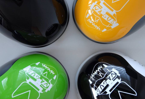 To nejsou bonbóny, ale pro českou značku Vagus lakujeme ski / snb helmy