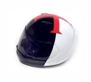Dobrým způsobem zvláštní chlapík a k tomu samozřejmě zvláštní design helmy Arai s Maltézským křížem