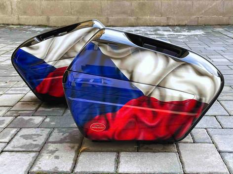 Klasická airbrush na motocyklových kufrech Moto Guzzi