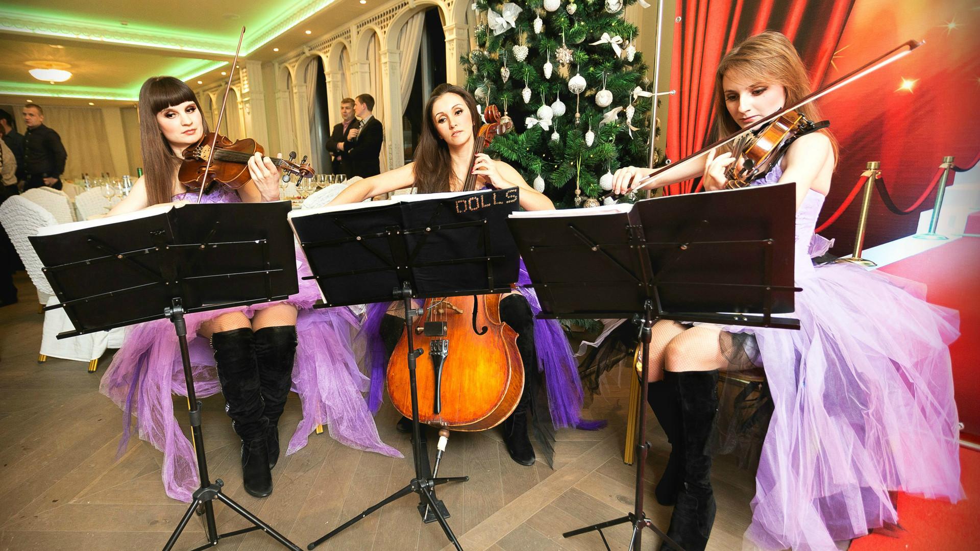 Новогодняя музыка от струнного трио Violin Group DOLLS