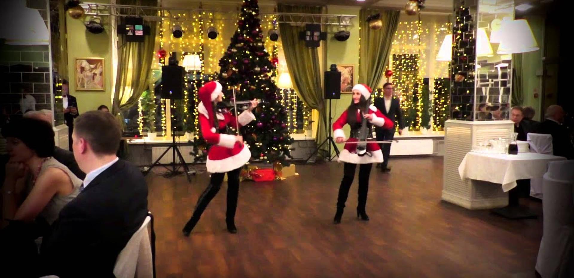 Дуэт Снегурочек DOLLS на новогоднеё ёлке