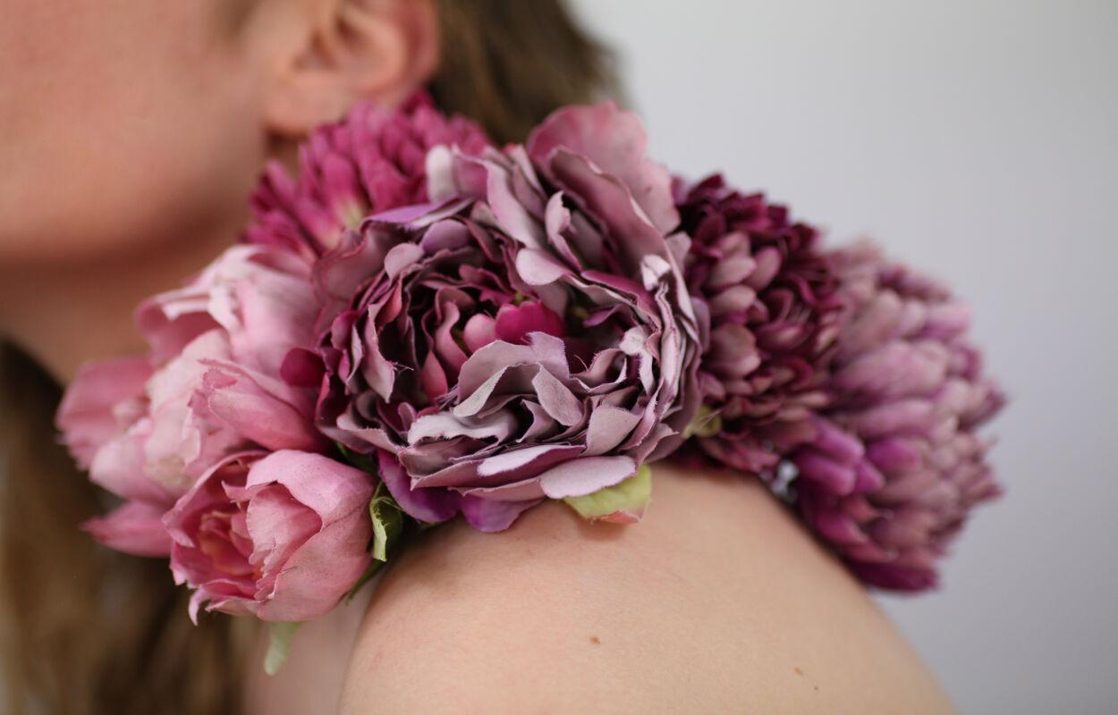 Broche de fleurs endeuillées