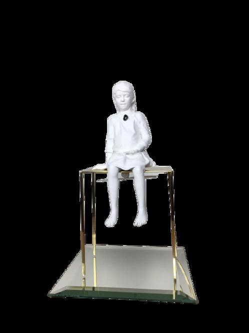 Escultura Menina Sentada na Mesinha