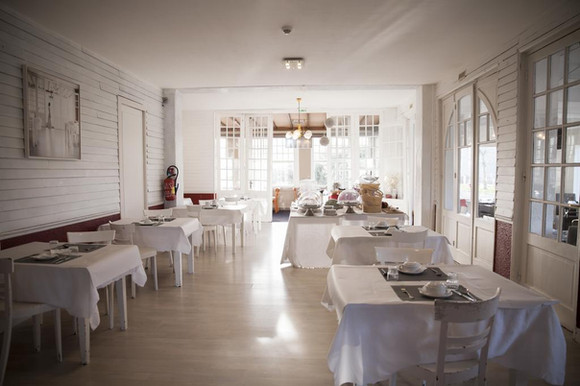 Salle à manger de l'hôtel Les Sables d'Or - Eetkamer van het hotel Les Sables d'Or