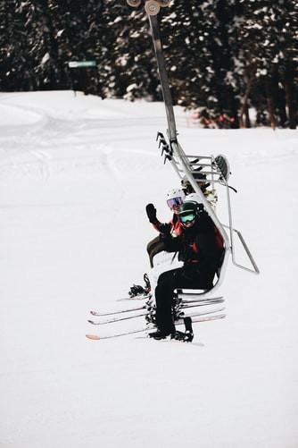 Telesiege skieurs montagne