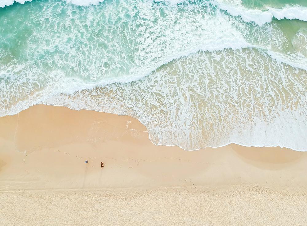 vague sur une plage en espagne