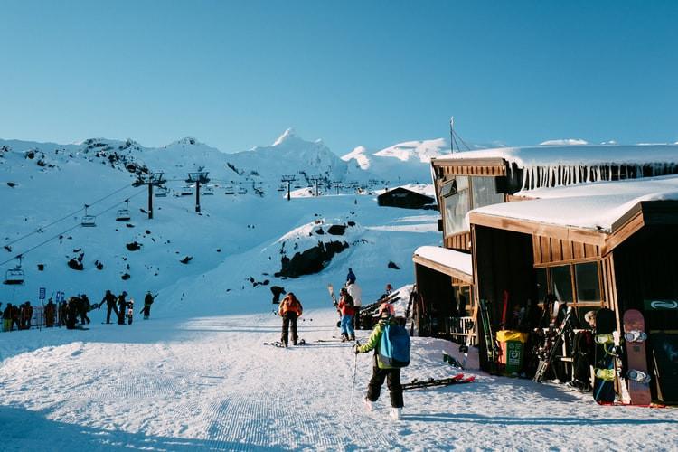 Skieurs pistes montagne