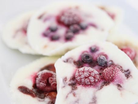 Frozen yogurt desert s džemom i bobičastim voćem
