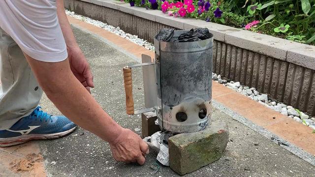 今 店主はこの火起こし器が気に入っています。