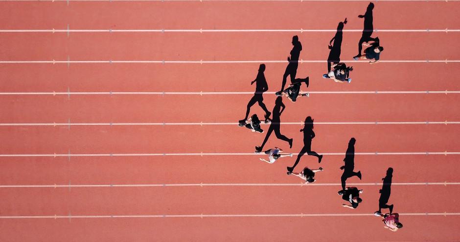 Biegacze na torze. Post Kreatywność a ciało. Blog Hasztag Kreatywność.