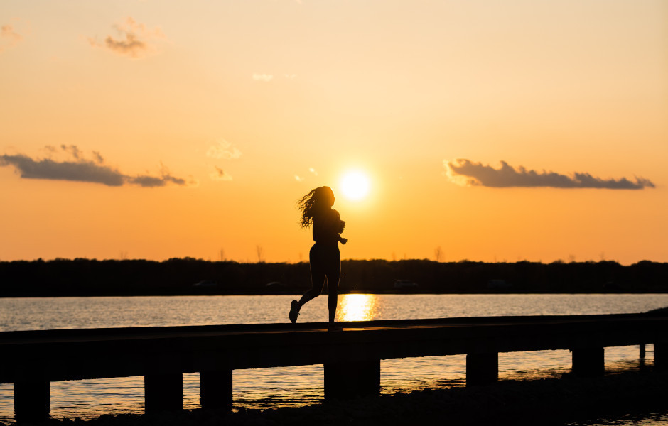 Kobieta biegnie. Post Kreatywność a ciało. Blog Hasztag Kreatywność